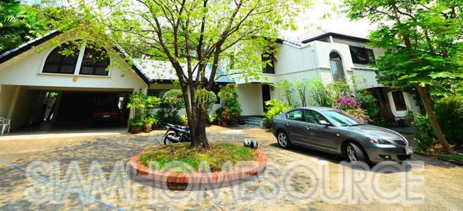 Spacious Thonglor Detached House with Private Pool on 1.5 Rai of Land