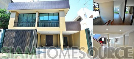 Newly Renovated, Affordable 2+1BR Ekamai Corner Townhouse